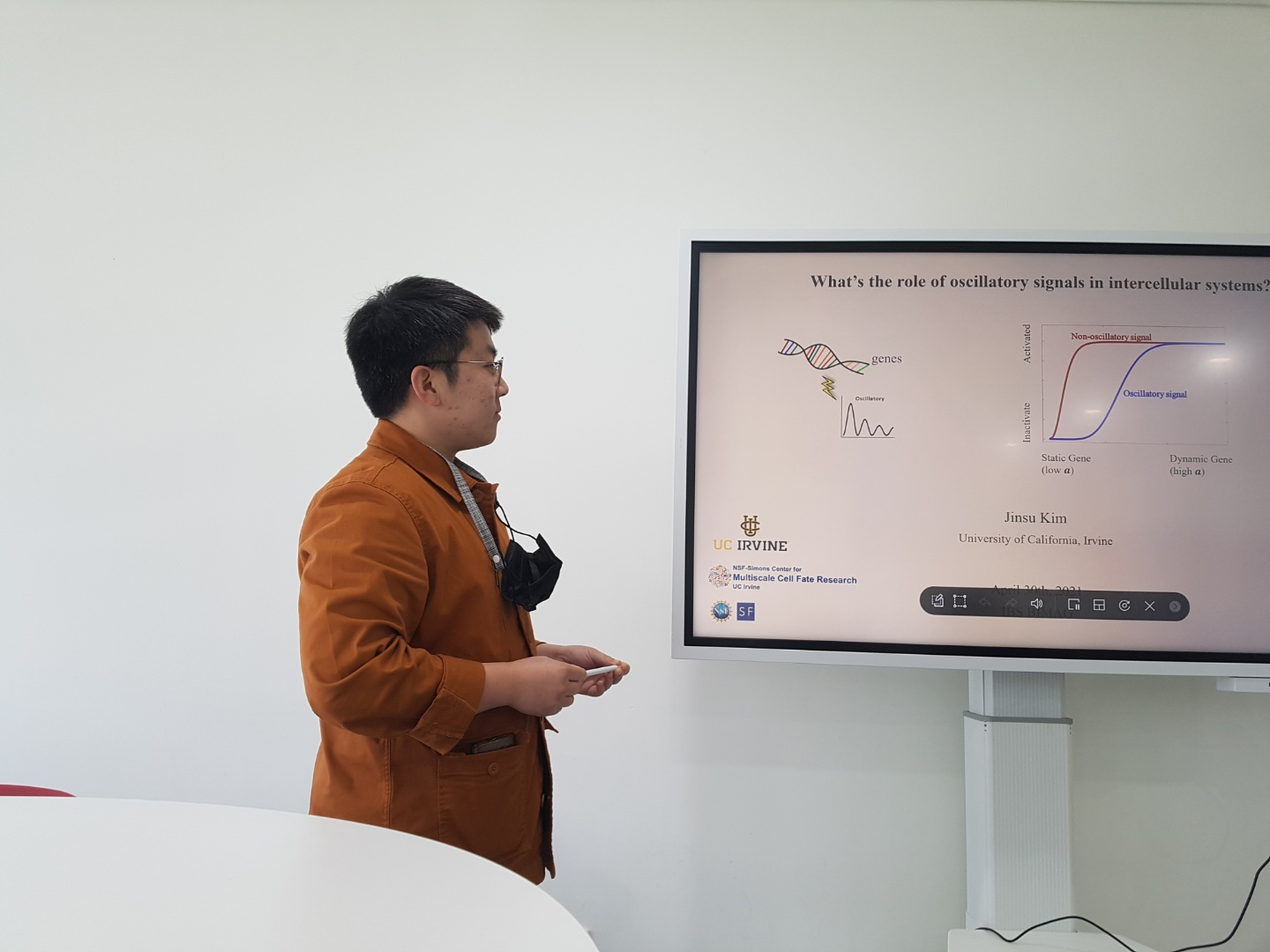 Jinsu Kim gave a talk on the role of oscillatory signals in intracellular systems at the IBS Biomedical Mathematics Seminar