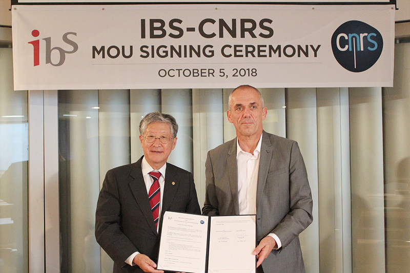 IBS President Doochul Kim with CNRS President Antoine Petit