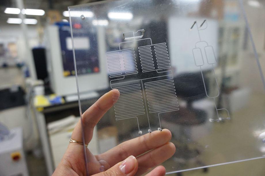 일명 '칩 위의 실험실'로 각광받는 미세유체 시스템은 마이크로미터 크기 지름의 미세한 관 안에 액체방울 흐름을 조종하는 방식으로 각종 시료를 처리할 수 있다. 이번 연구에서는 복잡한 미세유체 시스템을 만들고, 액체방울을 흘려보내 네트워크의 주기운동을 처음으로 밝히는데 성공했다.