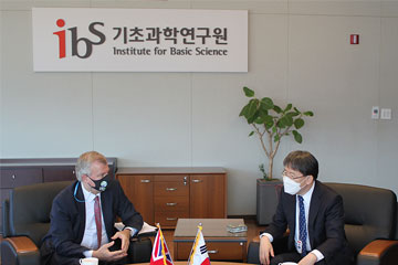 The British Ambassador to Korea Simon Smith Visits IBS