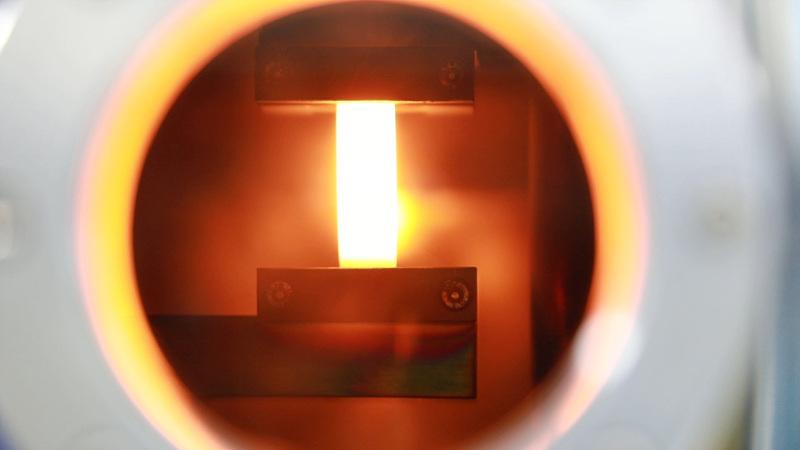 단결정 금속 포일의 제조과정. 공중에 매단 상태에서 녹는점에 가까운 열을 가하는 것만으로 손쉽게 단결정 금속 포일로 변환시킬 수 있다.
