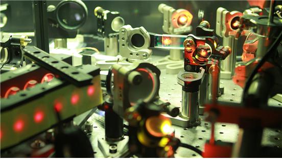 IBS 초강력 레이저과학 연구단이 보유한 4PW 급 펨토초 레이저의 압축장치. (사진: IBS)
