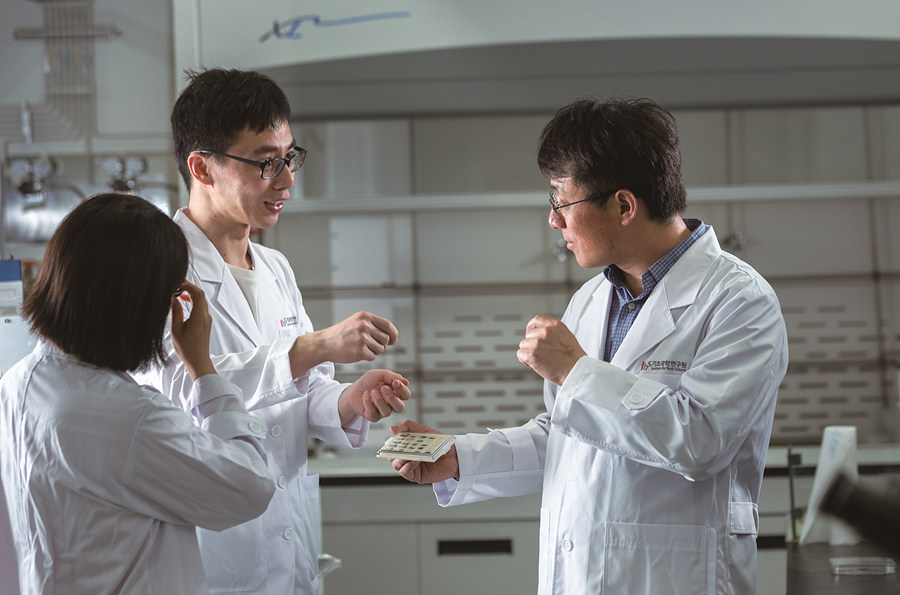 Professor Ding with his researchers (Credit: UNIST)