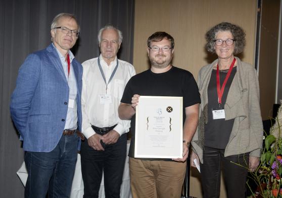 2018년 9월 노르웨이 베르겐에서 열린 시상식에서 상장을 수여받은 룬 학센 IBS 기하학 수리물리 연구단 연구위원(오른쪽 두 번째).