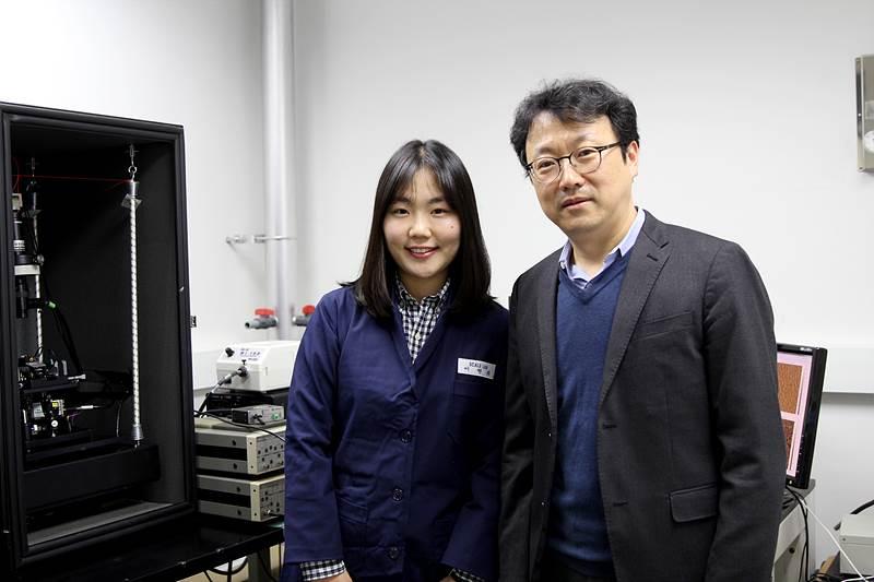 연구의 교신저자인 박정영 IBS 나노물질 및 화학반응 연구단 부연구단장(오른쪽)과 이현화 연구원