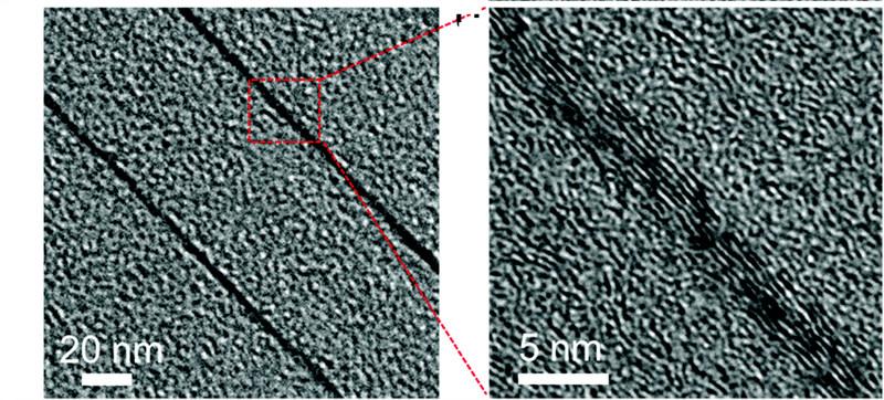 고온으로 열처리하는 과정의 초기에 그래핀 층 주변으로 고배향성 흑연이 생기는 장면