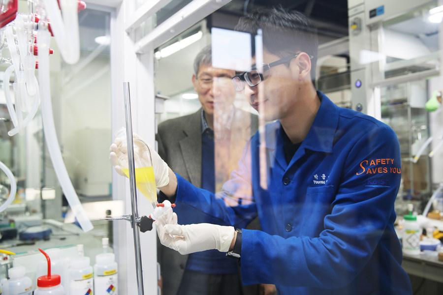 연구를 진행 중인 박윤수 연구원(앞)과 장석복 단장의 모습.