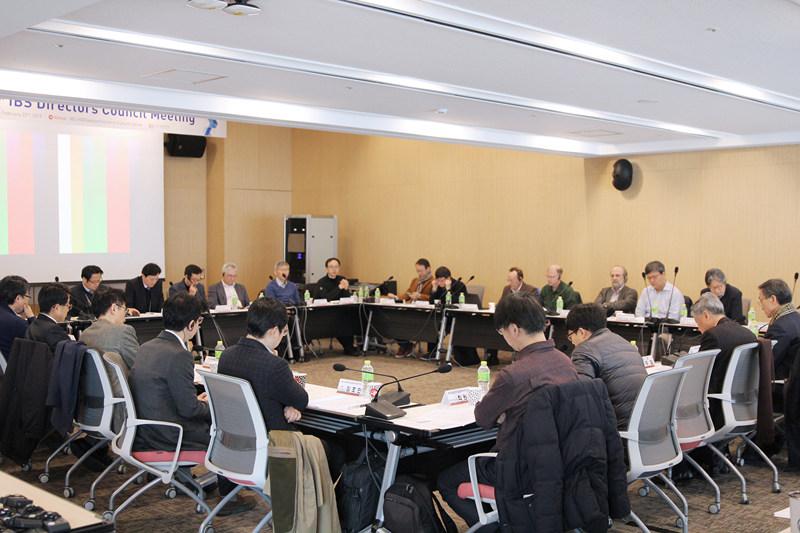 지난 22일 열린 제 14차 연구단장 협의회에는 김두철 원장을 비롯해 각 연구단의 대표가 모여 IBS의 발전을 위한 논의를 펼쳤다.
