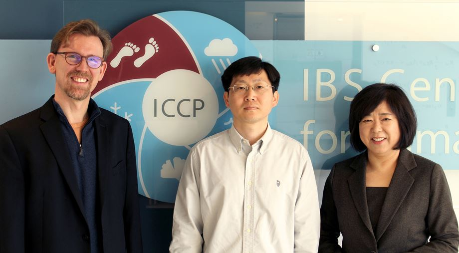 From left: Director Axel Timmermann, Eui-Seok Chung and Prof. Kyung-Ja Ha