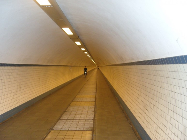 소실점은 평행한 두 직선이 무한히 먼 곳에서 교차하는 지점인 무한원점의 또 다른 표현이다. (출처: wikimedia.org)