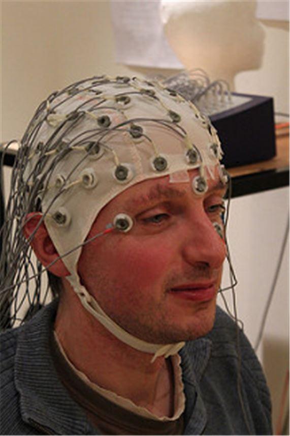 이렇게 복잡한 뇌파 측정기도 아직은 '측정' 수준이다. (출처: Chris Hope(플리커))