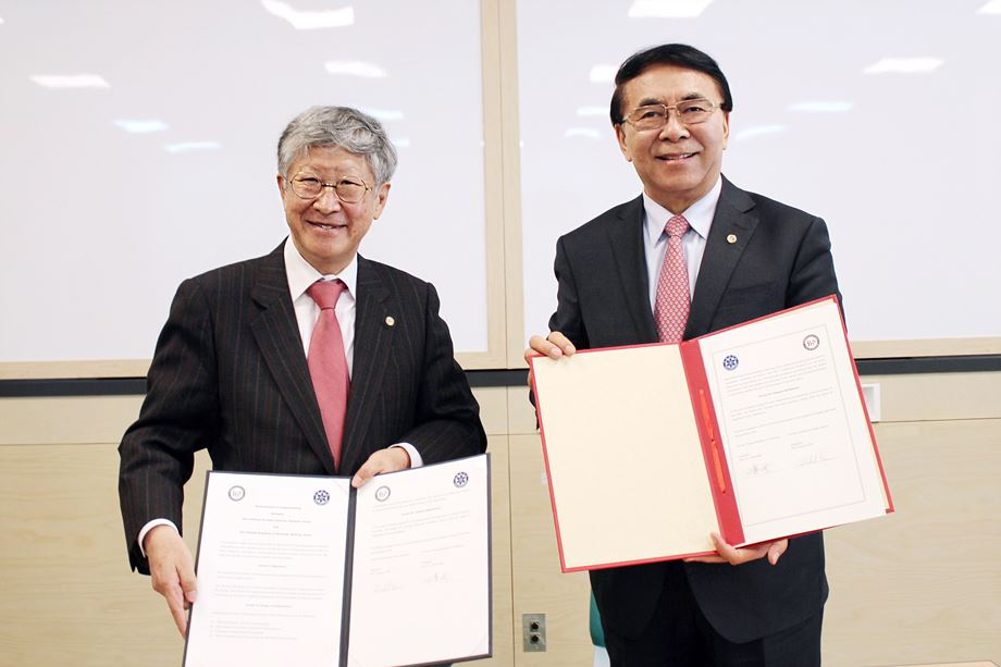 IBS president Doochul KIM (left) and CAS president BAI Chunli (right)
