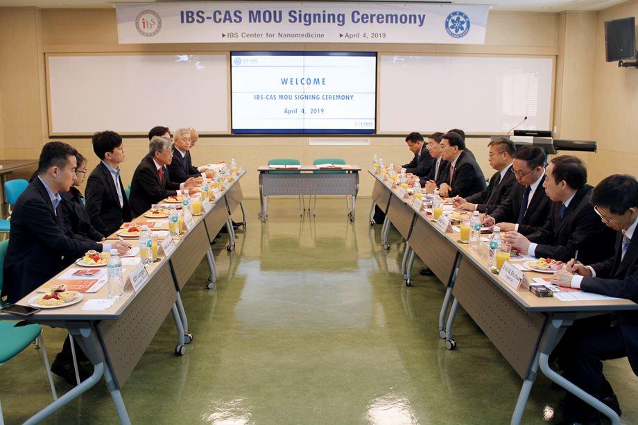 사진3. IBS-CAS 대표단이 향후 공동 연구 협력 방안에 대해 논의하고 있다.