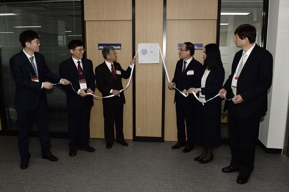 From left to right: Associate Director Chanyoung Kim and Director Taewon Noh from CCES, IBS President Doochul Kim, President Sejung Oh from Seoul National University, Director Hatsumi Mori and Professor Shik Shin from ISSP in Japan.