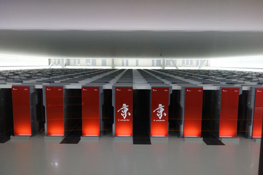 2011년 일본 이화학연구소(RIKEN)과 후지쯔가 개발한 슈퍼컴퓨터 '게이(京)'. 세계 최초로 10PF의 벽을 넘었다. (출처: Toshihiro Matsui, 위키미디어 커먼스)