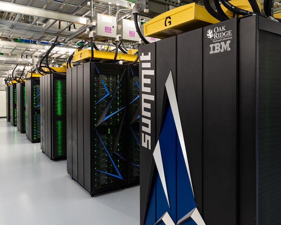 에너지와 첨단 소재를 연구할 목적으로 개발한 미국의 슈퍼컴퓨터 서밋(Summit). 이론적으로 연산속도는 무려 187PF에 달한다. 현재 약 143PF의 성능을 내고 있으며 업그레이드를 통해 성능을 끌어 올리고 있다. (출처: Carlos Jones, 위키미디어 커먼스)