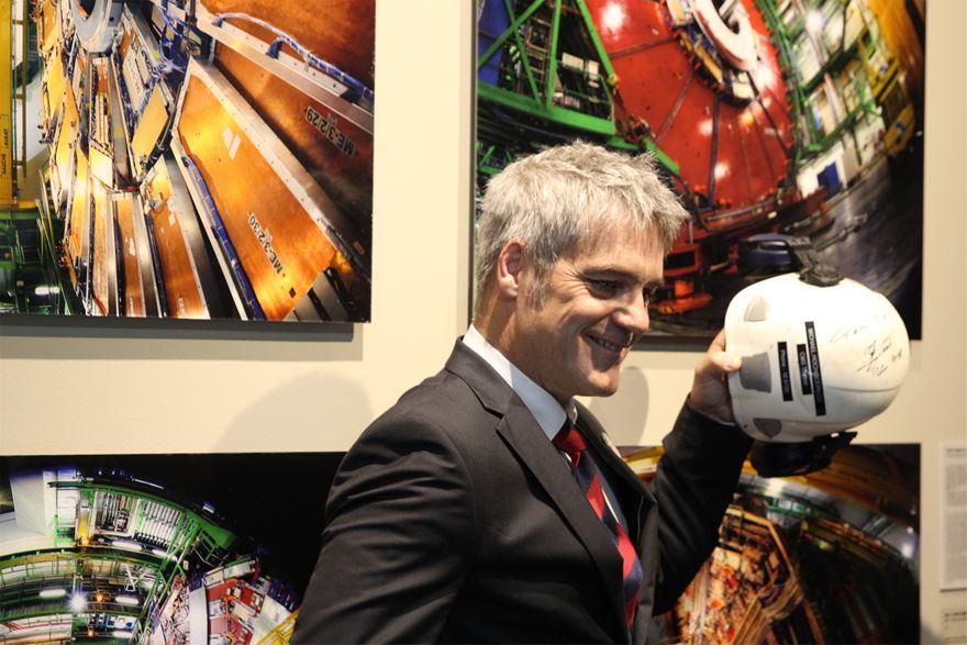 작가 Michael Hoch 박사가 작품을 직접 설명하고 있다. 그가 들고 있는 헬멧은 실제 그가 연구 현장에서 착용하는 것으로, 힉스 입자를 예측한 공로로 2013년 노벨상을 수상한 피터 힉스의 친필 사인이 적혀있다.