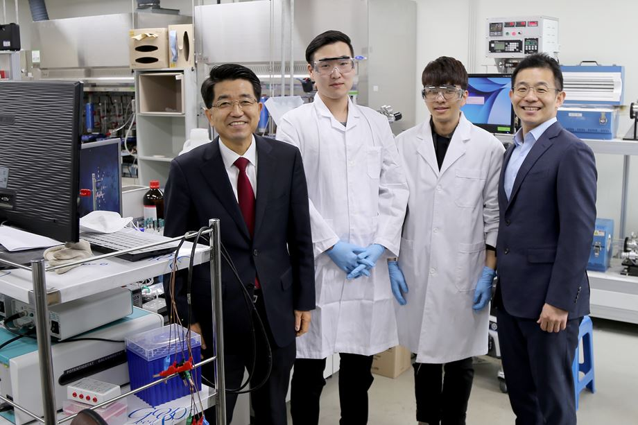 The IBS Center for Nanoparticle Research, led by Director HYEON Taeghwan (left), focuses its research on the synthesis of nanoparticles and respective applications.