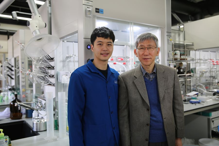 Dr. Yoonsu Park (left) with his supervisor, Professor Sukbok Chang