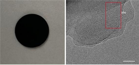 디스크 형태로 제작한 신소재(NiTAA-MOF, 왼쪽)를 고분해능 투과전자현미경으로 촬영한 모습(오른쪽).