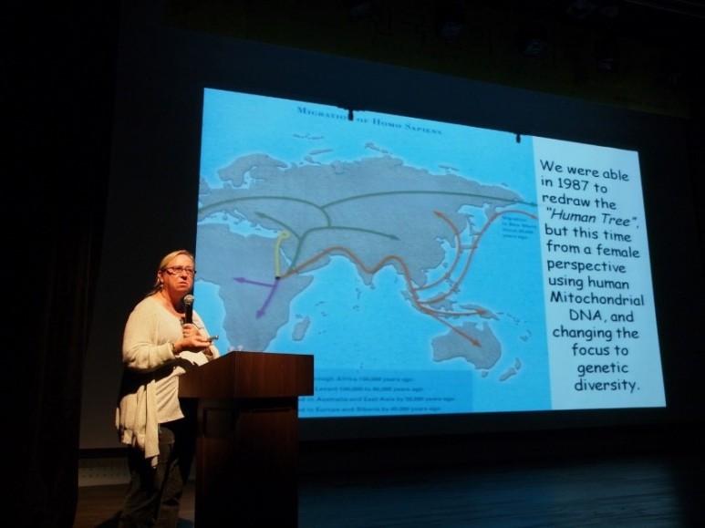 <2011년 한국 전곡선사박물관을 찾아 자신의 이론을 설명하는 레베카 칸 하와이대 교수/윤신영>