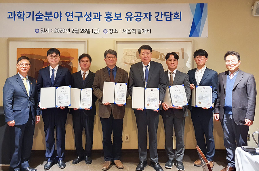 From the right, GOH Seo-gon (MSIT Director of R&D Policy Bureau), SHIM Shibo (IBS Head of Division of Policy and Planning), Prof. KIM Guntae (UNIST), Dr. KIM Yong-jin (Korea Institute of Machinery and Materials), Dr. MOON Hong-gyu (Korea Astronomy and Space Science Institute), Dr. YOU Bum Jae (Korea Institute of Science and Technology), Dr. JUNG Seunghwan (Biocon), and Jeong Byungseon (MSIT 1st Vice Minister).