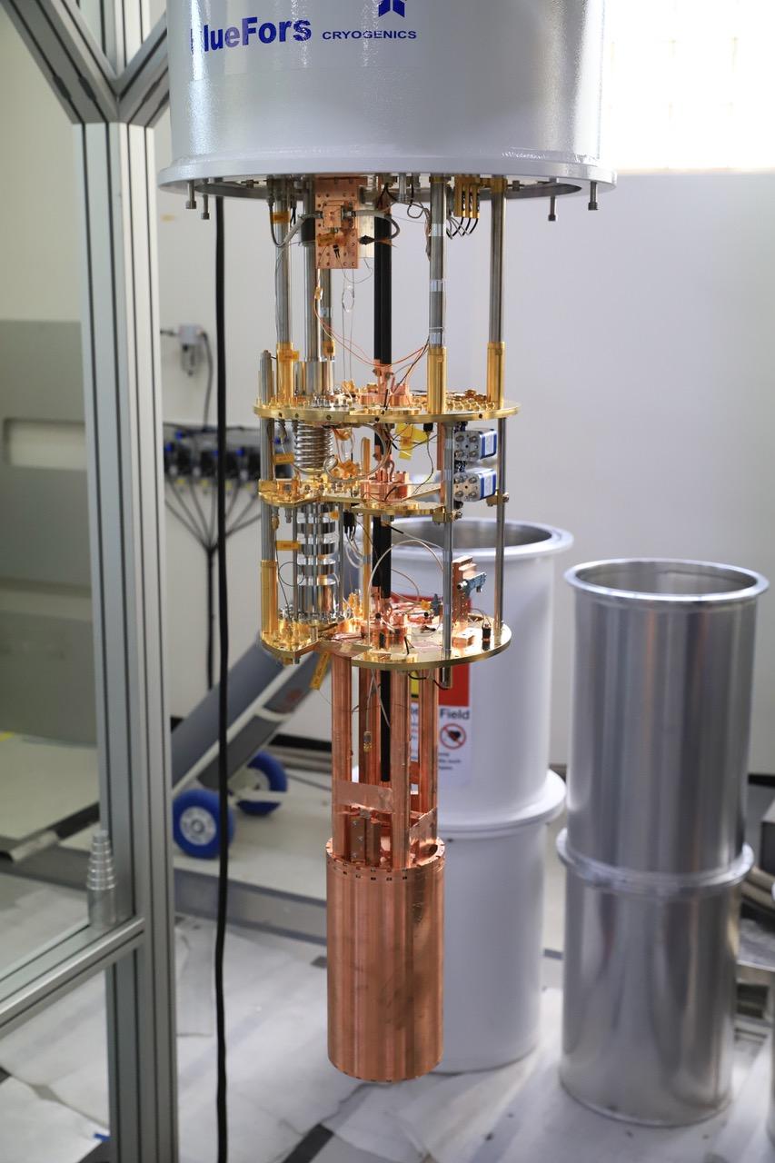 극저온 냉동기 내부에 설치된 실험 장치. 가장 아래 금속 원통이 실험의 공진기로 사용되며, 원통 내부에 안테나가 설치되어 발생한 광자의 신호를 읽는다.