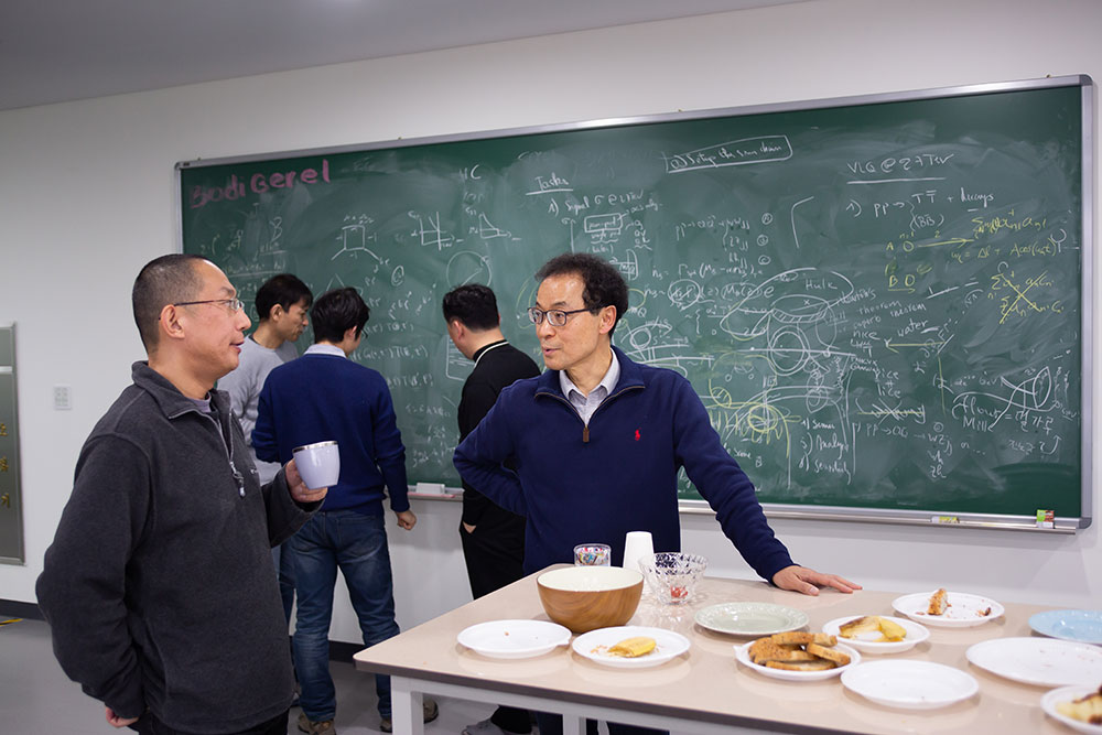 Researchers at the CTPU come up with research topics through various meetings and lively debates. They also have weekly tea times with the researchers of the Center for Theoretical Physics of Complex Systems which is located downstairs. The tea times are one of the means by which the two research centers can interact with each other freely.