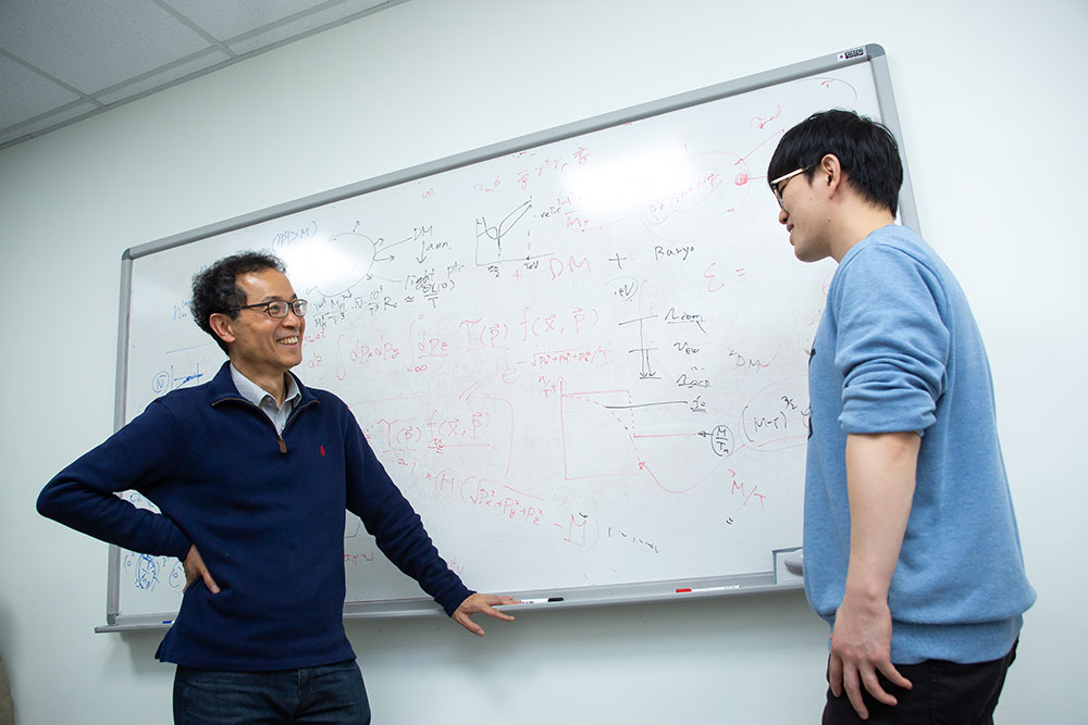 Prof. Choi discussing with his research team member. He always emphasizes the importance of discussion among researchers.