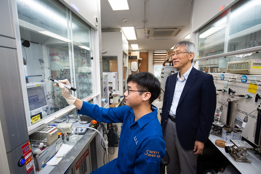 Director Chang believes that the support he has received from KAIST and the IBS have been instrumental in his outstanding research performance. A laboratory at the Center for Catalytic Hydrocarbon Functionalizations of the IBS on the KAIST campus.