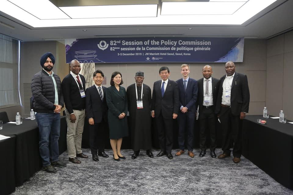 [그림5] 차미영 CI(왼쪽 네 번째)를 비롯한 IBS 데이터 사이언스 그룹은 나이지리아 관세청장 함메드 알리(왼쪽 다섯 번째), 세계관세기구 사무총장 쿠니오 미쿠리야(왼쪽 여섯 번째)와 나이지리아 항구의 바꾸다 프로젝트 시범 도입 착수 회의를 가졌다.