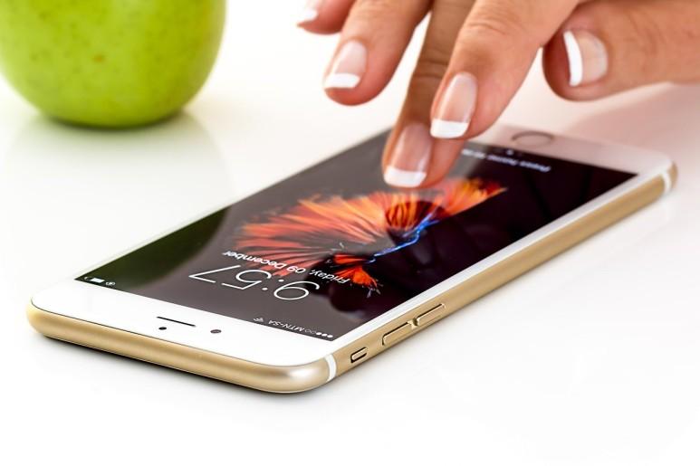 투명 전극 소재의 개발은 스마트폰에 손가락을 접촉하는 것만으로 통신, 전자상거래, 사진 촬영 등을 가능하게 만들어 우리의 삶을 혁신했다. [출처: Pixabay]