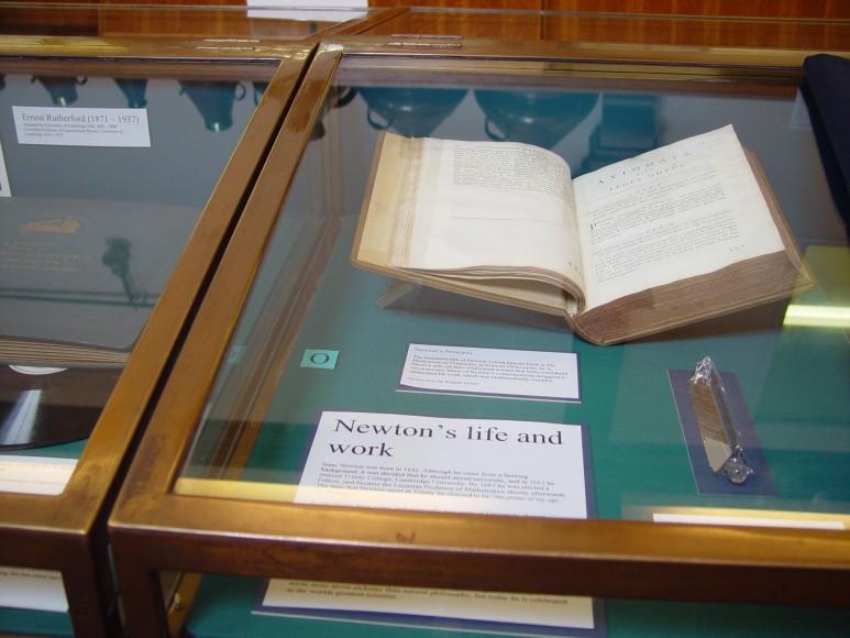 캠브리지의 휘플뮤지엄에 전시된 뉴턴의 프리즘. 세상에서 가장 비싼 과학책인 프린키피아와 같이 전시되어 있다. (출처: 필자 촬영 사진)
