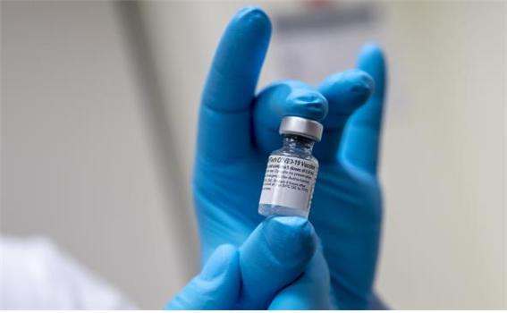 화이자가 개발한 mRNA 기반 코로나19 백신. 임상 3상 시험 결과, 3주 간격으로 2회 주사했을 때 코로나19 감염을 90% 이상 예방하는 것으로 나타났다. [Wikimedia 제공]