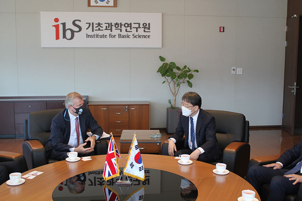 British Ambassador to Korea Simon Smith (left) and IBS President Noh Do Young (right) discuss ways the two nations can cooperate in basic science.