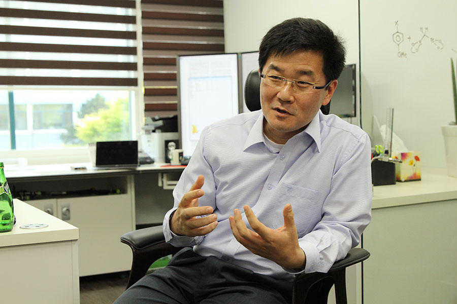 Associate Director BAIK Mu-Hyun of the IBS Center for Catalytic Hydrocarbon Functionalizations