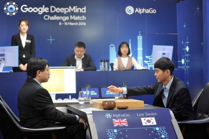 2016년 구글 딥마인드의 바둑 인공지능 '알파고'와의 최종 경기에서 첫 수를 놓고 있는 이세돌 9단(오른쪽)의 모습. 한국기원 제공