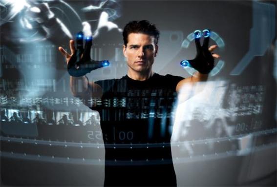 영화 '마이너리포트'에는 손짓으로 컴퓨터 등 전자기기를 가동하는 모습이 등장한다. 이 기술은 오늘날 '핸드 제스쳐' 기술로 실현되고 있다. (20세기 폭스 제공)